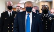 Trump lần đầu đeo khẩu trang nơi công cộng