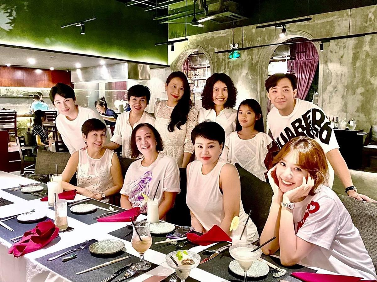 Vợ chồng Trấn Thành - Hari Won gặp mặt một số người bạn, người thân sau hai năm.