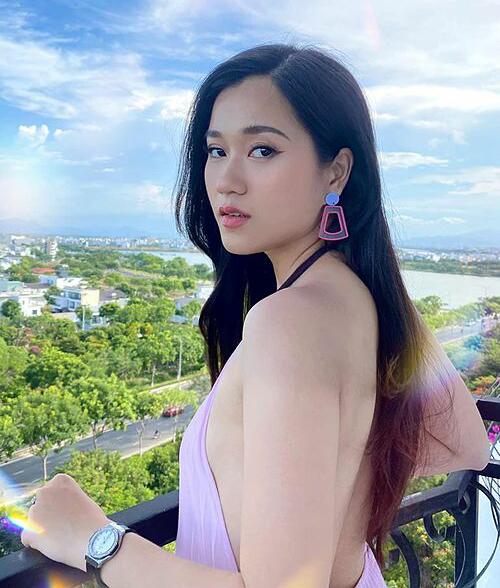 Sau khi giảm 6 kg, Lâm Vỹ Dạ tự tin khoe lưng trần với váy yếm gợi cảm.