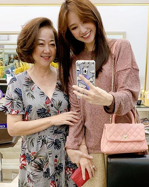 Hari Won dẫn mẹ đi mua sắm. Cả hai vừa có chuyến nghỉ dưỡng dài ngày ở Đà Nẵng.