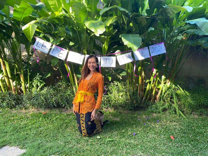 Minh Tú diện đồ Indonesia, tổ chức lễ bế giảng khóa tu mùa hè 2020 khi nhận được tin sắp có chuyến bay về Việt Nam sau 4 tháng chờ đợi.