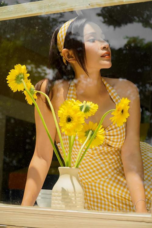 Khả Như nhí nhảnh vói đầm vàng. Em là cô gái thích ánh nắng, thích ban công, thích ngắm bông! Và thích anh!