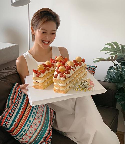 Khả Ngân cười tít mắt khi nhận chiếc bánh xinh xắn mừng sinh nhật.