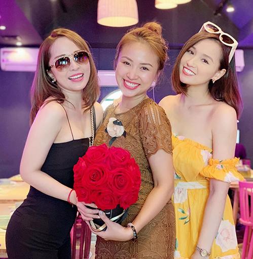 Quỳnh Nga và Lã Thanh Huyền mừng cô bạn thân Vân Hugo chuẩn bị theo chồng bỏ cuộc chơi.
