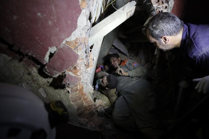 Công tác cứu hộ, tìm kiếm người sống sót được ưu tiên.