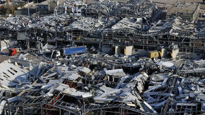 Khung cảnh hoang tàn và đống đổ nát ngổn ngang.