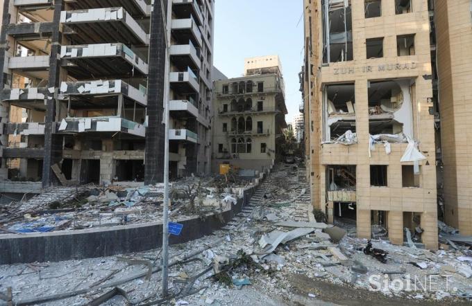 Các toà nhà xung quanh đó bị phá huỷ, khiến những mảnh vỡ cửa kính văng xa hàng km, trong đó có sân bay quốc tế duy nhất của thành phố.