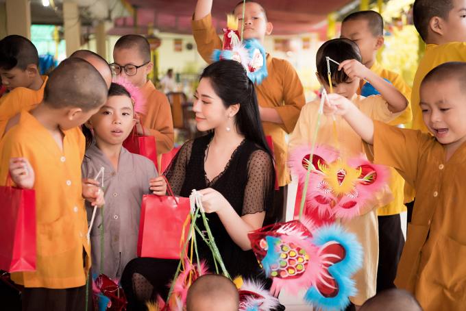 Bên cạnh việc trao quà, Tô Diệp Hà còn ân cần thăm hỏi, trò chuyện với các bé để chia sẻ về tinh thần cho các em nhỏ trong mùa Trung thu này.