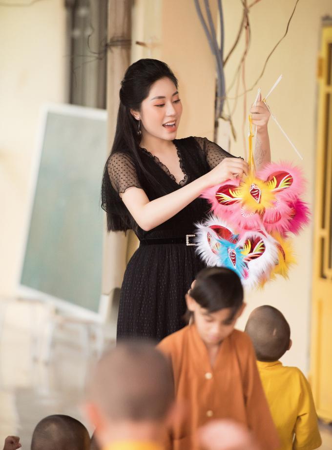 Người đẹp gốc Quảng Ninh như được trở về với tuổi thơ khi vui đùa cùng các em nhỏ.