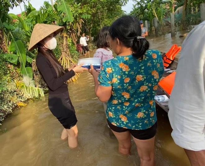 Thủy Tiên đến vùng ngập lụt ở Huế trao quà cho người dân.