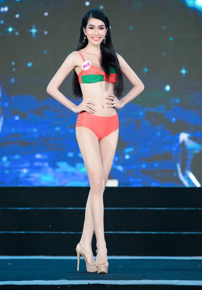 Trên sân khấu đêm bán kết, người đẹp được khen với hình thể gợi cảm, kỹ năng catwalk khá tốt cùng gương mặt sáng sân khấu.