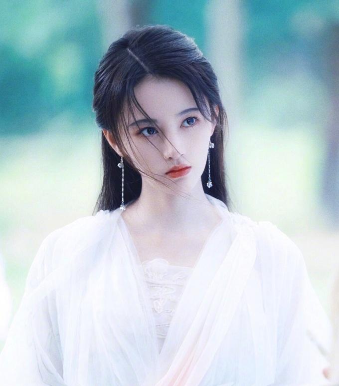 Tạo hình tóc bay bay, môi đỏ mọng quen thuộc của Cúc Tịnh Y. Đây là hình ảnh cô nàng trong Tân Bạch nương tử truyền kỳ.