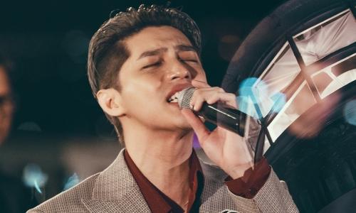 Noo Phước Thịnh lần đầu hát live 'Yêu một người sao buồn đến thế'