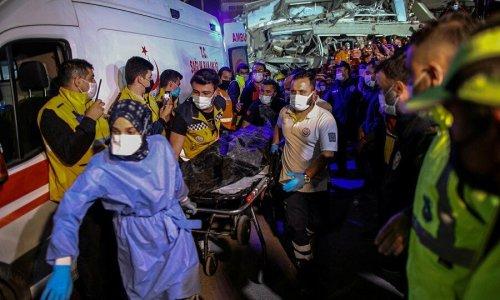 Cứu hộ trắng đêm cứu người khỏi đống đổ nát sau động đất ở Thổ Nhĩ Kỳ
