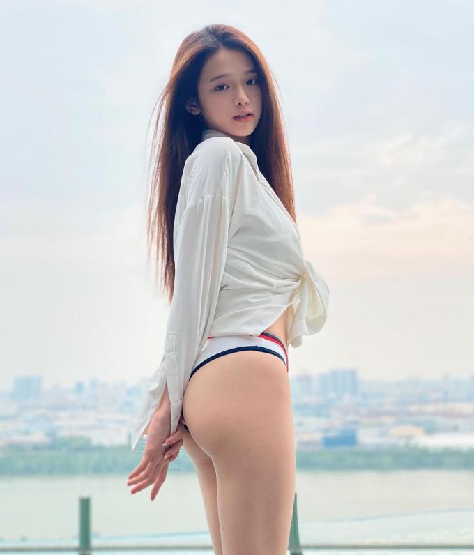 Trong bức ảnh đi bơi mới đây, Linh Ka diện bikini khoét hông cao, kết hợp sơ mi trắng. Cách mặc đồ nửa kín nửa hở giúp hot girl tôn lên vòng ba căng tròn. Thân hình quyến rũ của Linh Ka trong hình nhận được nhiều lời khen ngợi.