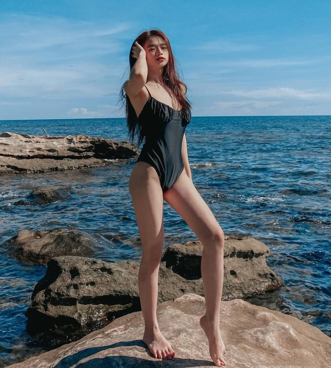 Không có chiều cao quá lý tưởng với đôi chân dài nhưng Linh Ka lại chinh phục mắt nhìn bằng thân hình tràn đầy sức sống tuổi 18.