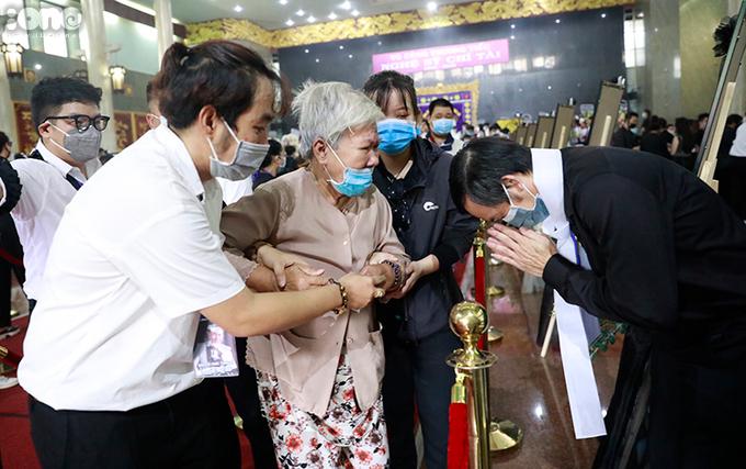 Suốt buổi lễ, Hoài Linh đứng ở khu vực gia quyến, tạ ơn khách tới viếng.
