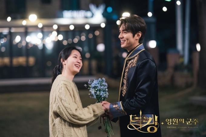Lee Min Ho và Kim Go Eun bị nghi hẹn hò vì bằng chứng không thể chối cãi trong phòng ngủ - 16