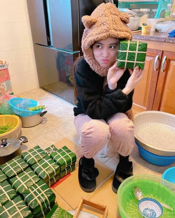 Hoàng Thùy Linh về Tam Đảo đón Tết Nguyên đán bên bố mẹ. Đây là lần đầu cô học làm bánh chưng. Nhờ người thân hướng dẫn, cô gói được những chiếc bánh vuông vắn, đẹp mắt.
