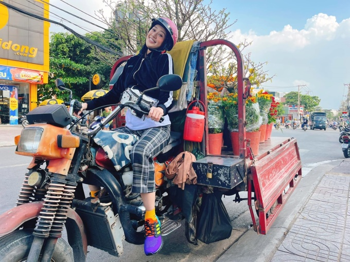Khánh Vân đón Tết cùng gia đình tại TP HCM. Năm nay, cô cùng ba mẹ đi mua hoa từ sớm để trang hoàng nhà cửa.