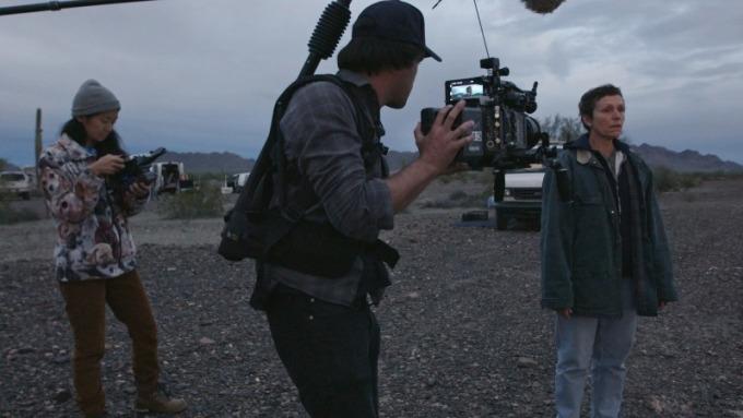 Cặp đôi Chloe Zhao, Joshua Richard và diễn viên McDormand trên phim trường Nomadland. Ảnh: Searchlight Pictures.