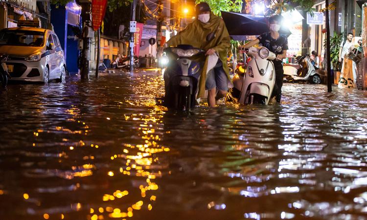 Hà Nội mưa như trút, nhiều tuyến phố ngập sâu