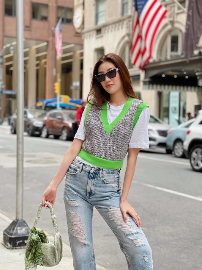 Trên đường phố New York mới đây, Khánh Vân khoe street style đẹp mắt cùng trang phục thời thượng. Vì thời tiết ở Mỹ chuyển se lạnh, hoa hậu chọn một chiếc gilet kết hợp cùng áo phông và jeans rách, vừa giữ ấm nhẹ nhàng lại vừa trẻ trung.