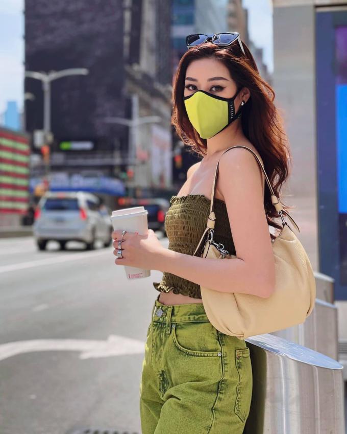 Vốn sở hữu da trắng sáng, Khánh Vân không kén bất cứ trang phục nào. Tông xanh không những không khiến làn da của cô bị tái, xỉn màu mà ngược lại, giúp Hoa hậu Hoàn vũ Việt Nam 2019 thêm nổi bật, sang chảnh trên phố.