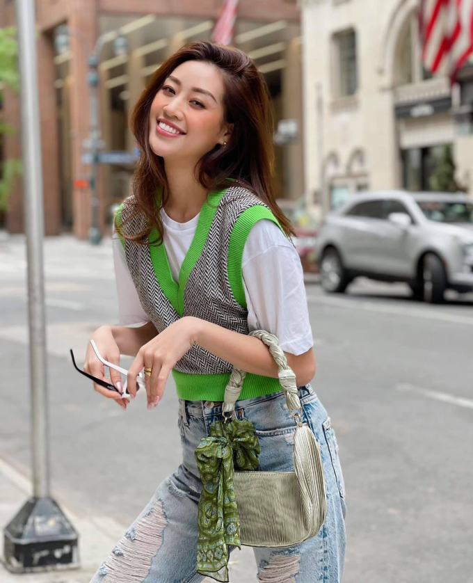 Kết hợp cùng chiếc gilet có tông xanh lá nổi bần bật, người đẹp khéo mix túi kẹp nách phối khăn thắt nơ rất tông xuyệt tông. Bộ trang phục mang cảm hứng cổ điển năm 2000, cho thấy độ sành mốt của Khánh Vân.
