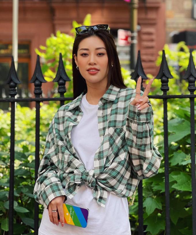 Tất cả các trang phục dạo phố của cô gần đây đều có sự xuất hiện của gam màu xanh, từ áo, quần đến túi xách, phụ kiện.