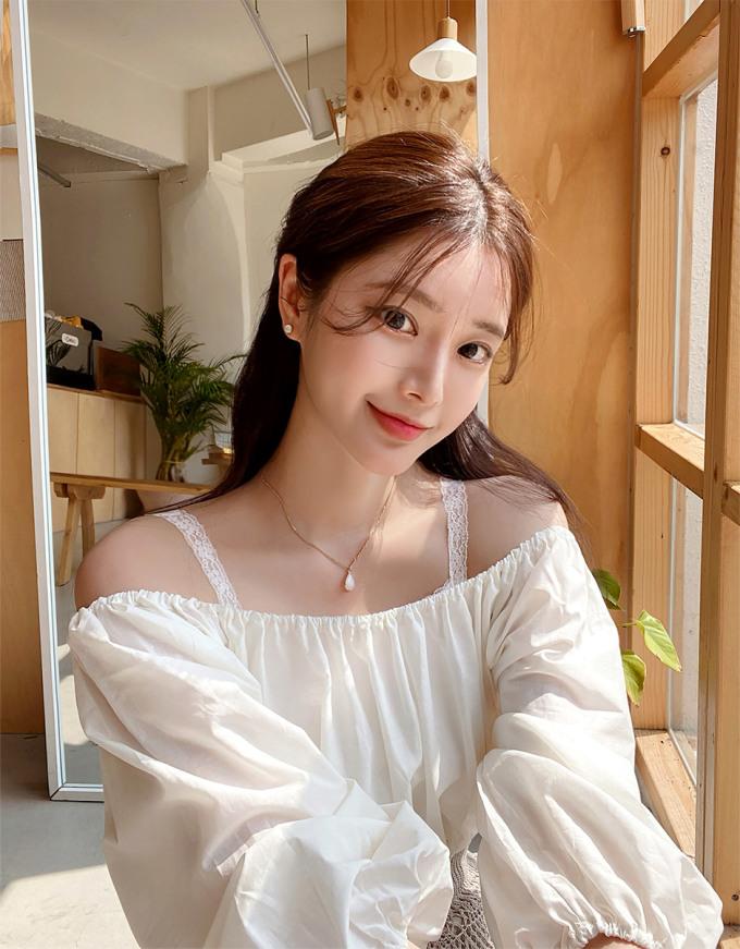 Áo trễ vai chưa bao giờ hạ nhiệt trong street style mùa hè của con gái Hàn. Bạn cũng có thể diện áo trễ vai kết hợp áo hai dây phía trong, vừa giúp chiếc áo ngoài đỡ mỏng manh lộ nội y, lại vừa tạo điểm nhấn hay ho cho set đồ.