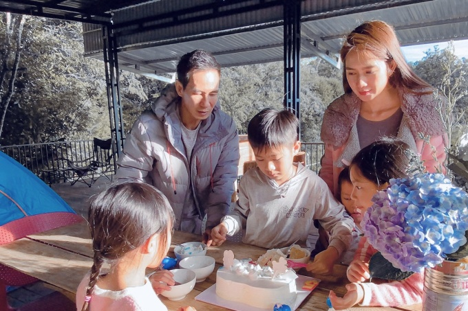Bé Rio ra dáng anh cả, cắt bánh kem chia cho các em. Ba bé còn lại vây quanh, chờ thưởng thức món bánh yêu thích.