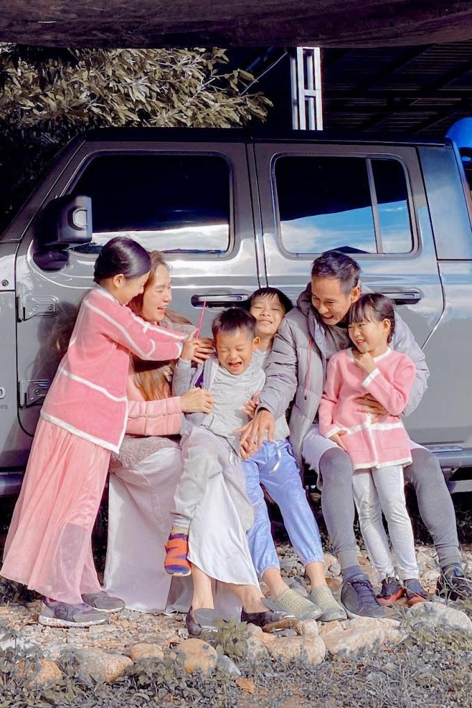 Vợ chồng Lý Hải và các con dạo chơi, ngắm cảnh thiên nhiên hoang sơ, trong lành của thành phố cao nguyên. Hiện, Lý Hải bận rộn với công việc viết kịch bản cho Lật mặt 6 và dự kiến tháng 10 bấm máy.