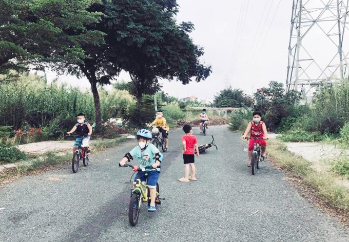 Trẻ em ở chung cư Jamona City, phường Phú Thuận, quận 7, hoạt động thể thao ngoài trời hôm 28/9. Ảnh: Hồng Phúc.