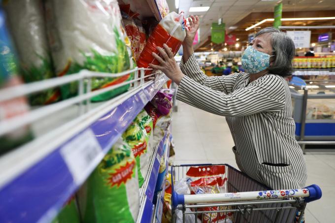 Người Sài Gòn đi siêu thị Mega Market ở TP Thủ Đức sau khi có lệnh giãn cách xã hội, ngày 30/5/2021. Ảnh: Quỳnh Trần.